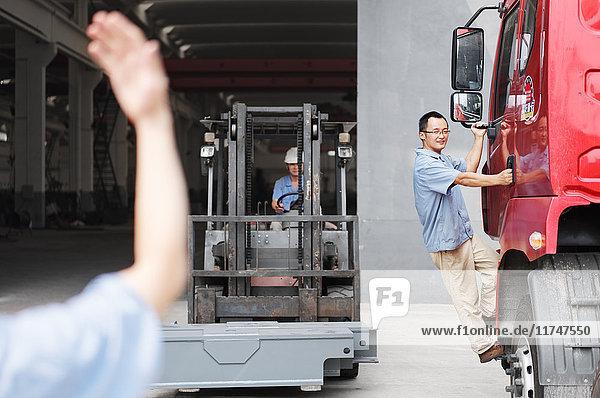 Männlicher Fabrikarbeiter führt Gabelstapler in Kranfabrik  China