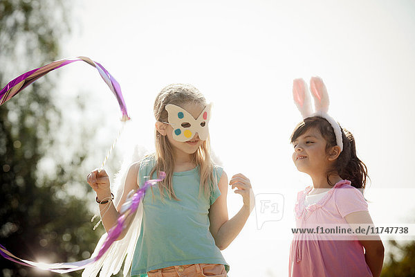 Kinder in Kostümen spielen schauspielerisch