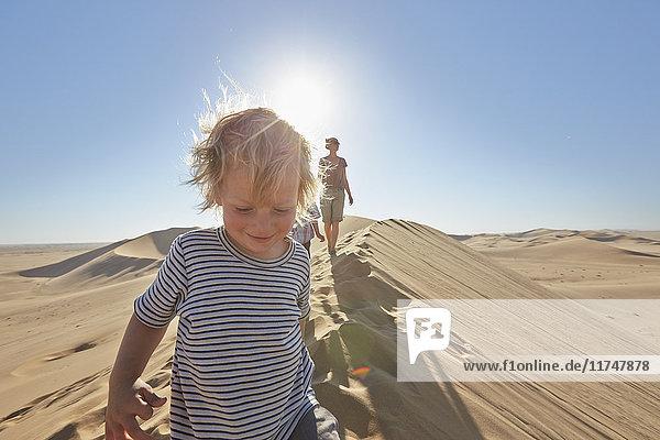 Mutter und Söhne wandern auf einer Sanddüne  Düne 7  Namib-Naukluft-Nationalpark  Afrika