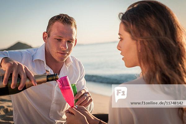 Junges Paar beim Champagnerausschank am Strand  Castiadas  Sardinien  Italien
