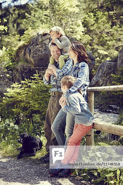 Bildnis einer Familie  im Wald  am Zaun stehend