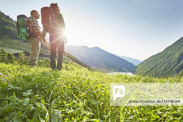 Junges Wanderpaar mit Blick auf den Vernagt-Stausee und den Bauernhof Finailhof  Schnalstal  Südtirol  Italien