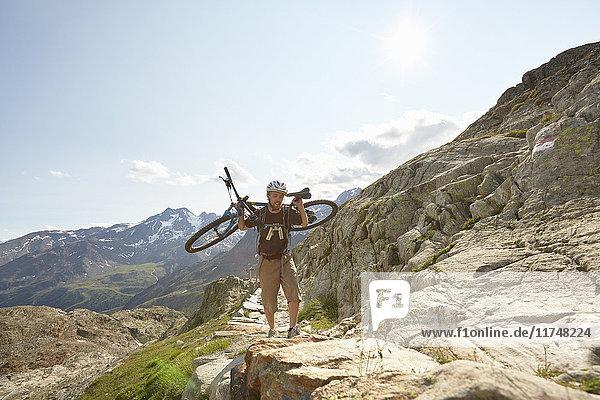 Junger Mann mit Mountainbike auf dem Weg zum Schnalstaler Gletscher  Schnalstalstal  Südtirol  Italien