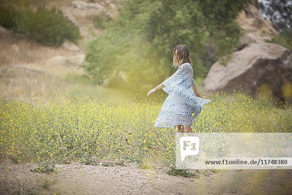Tanzende Frau im Park  Stoney Point  Topanga Canyon  Chatsworth  Los Angeles  Kalifornien  USA