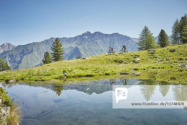 Junges Paar beim Mountainbike-Downhill  Karthaus  Schnalstal  Südtirol  Italien