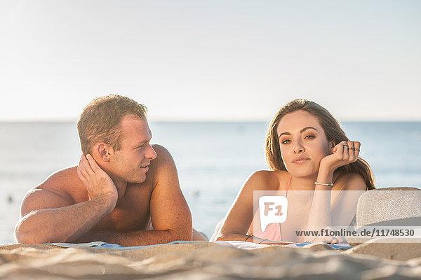 Junges Paar beim Sonnenbaden am Strand  Castiadas  Sardinien  Italien