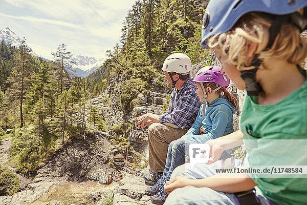 Vater und Kinder genießen Aussicht auf Hügel  Ehrwald  Tirol  Österreich