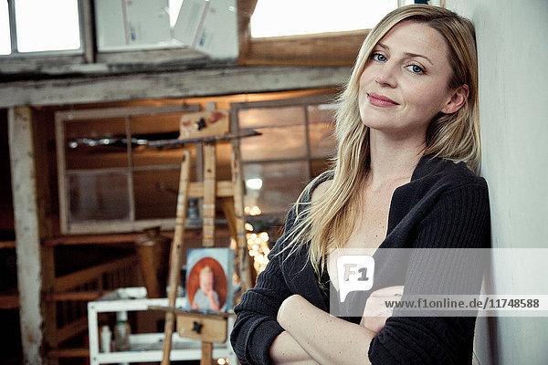 Mittlere erwachsene Frau im Künstleratelier  Porträt