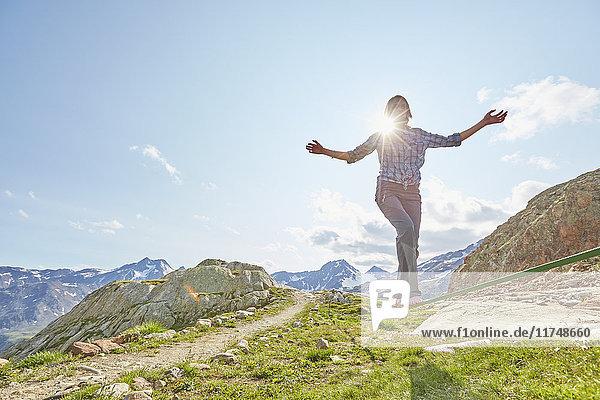 Junge Frau balanciert auf der Slackline am Schnalstaler Gletscher  Schnalstalstal  Südtirol  Italien