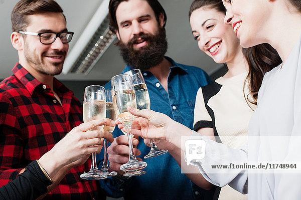 Kollegen stoßen mit Champagner an