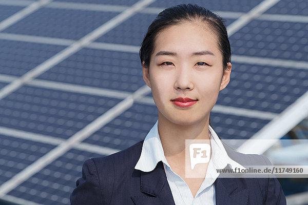 Geschäftsfrau auf dem Dach einer Solarmodul-Montagefabrik  Solar Valley  Dezhou  China