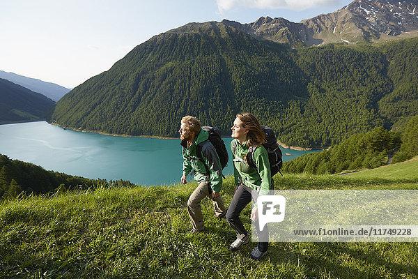 Junges Paar beim Wandern am Vernagt-Stausee  Schnalstal  Südtirol  Italien