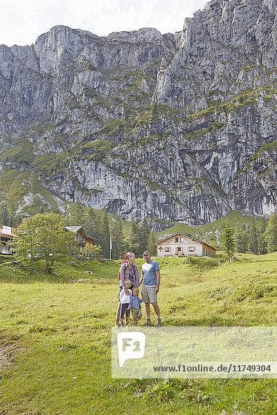Familienportrait in ländlicher Umgebung  Benediktbeuern  Bayern  Deutschland