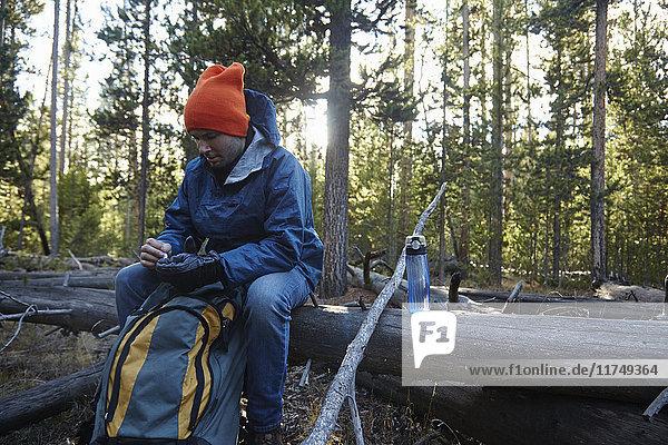Wanderer macht Pause  Yellowstone-Nationalpark  Wyoming  USA