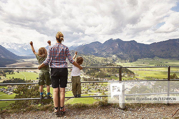 Mutter und Söhne mit Blick auf die Berge  Rückansicht  Garmisch-Partenkirchen  Bayern  Deutschland