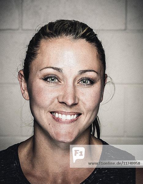Porträt einer selbstbewussten jungen Frau vor dem Training