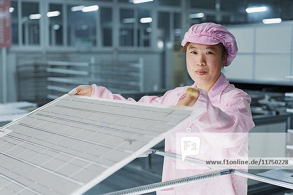 Arbeitnehmerin in einer Solarmodul-Montagefabrik  Solar Valley  Dezhou  China