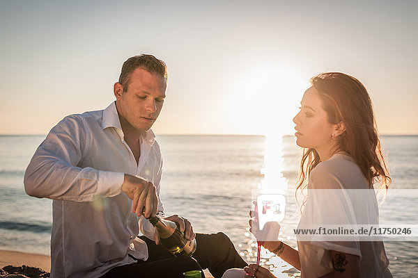 Junges Paar trinkt Champagner am Strand  Castiadas  Sardinien  Italien