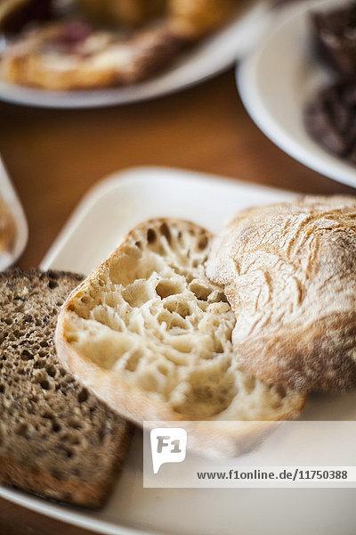 Geschnittenes Brot und Ciabatta