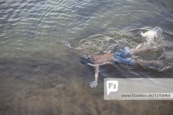 Hochwinkelaufnahme eines Teenagers  der im Lake Superior unter Wasser schwimmt  Au Train  Michigan  USA