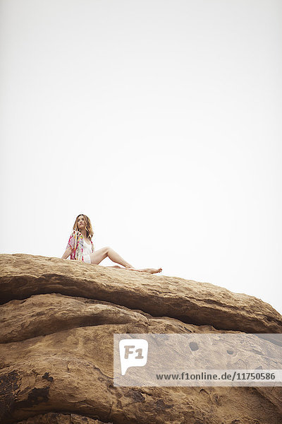 Frau entspannt sich auf einer Felsformation  Stoney Point  Topanga Canyon  Chatsworth  Los Angeles  Kalifornien  USA