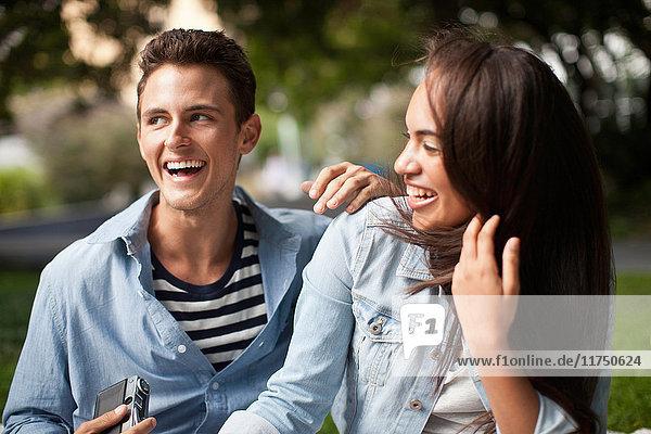 Junges Paar lacht zusammen