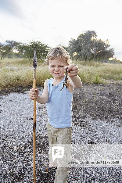 Porträt eines Jungen mit Speer und Skorpion  Otavi  Etosha  Namibia