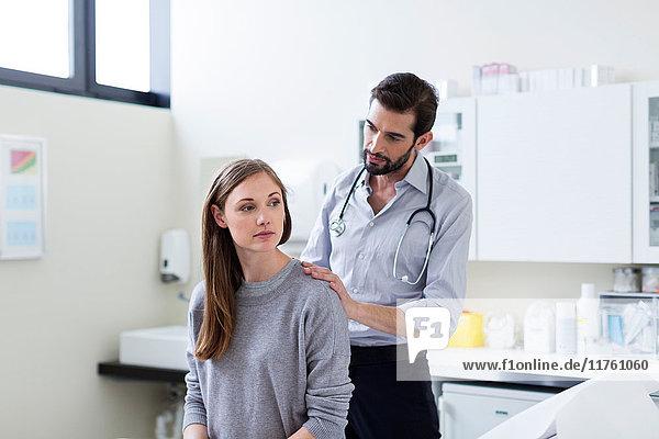 Arzt untersucht Patient mit Stethoskop