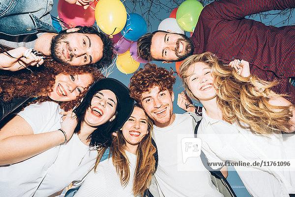 Porträt einer Gruppe von Freunden  Köpfe zusammen  Blick aus niedrigem Winkel