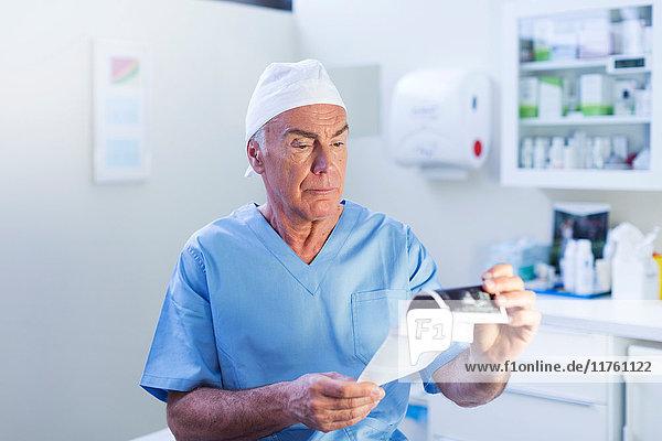 Arzt sieht medizinischen Scan an