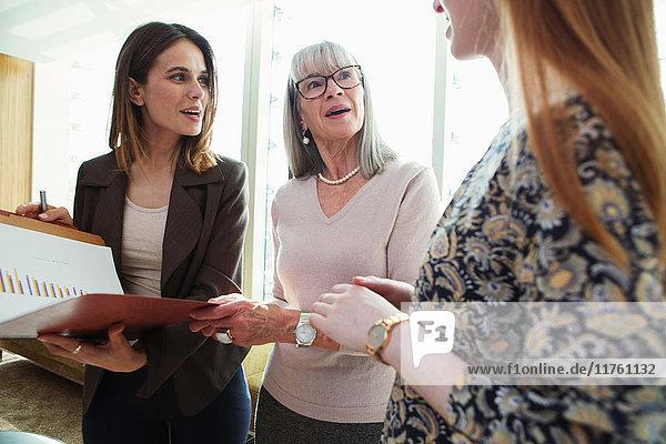 Geschäftsfrauen im Gespräch Geschäftsfrauen im Gespräch