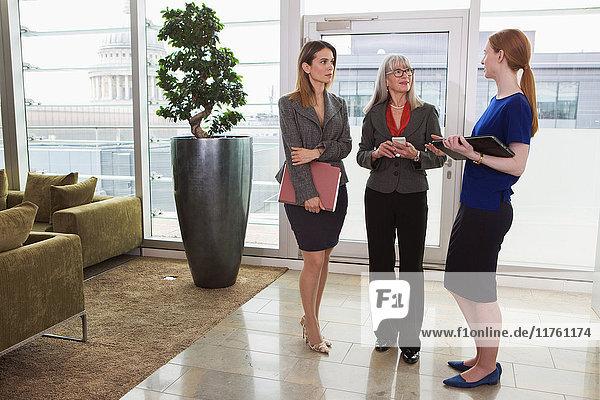 Geschäftsfrauen stehen und diskutieren  London  UK