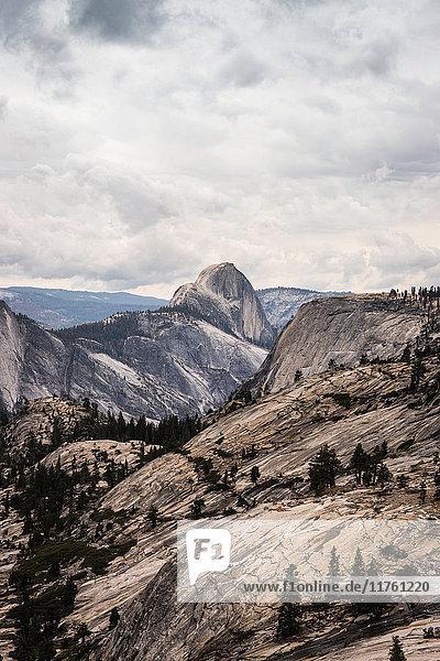 Erhöhter Blick auf gebirgige Felsformationen  Yosemite National Park  Kalifornien  USA