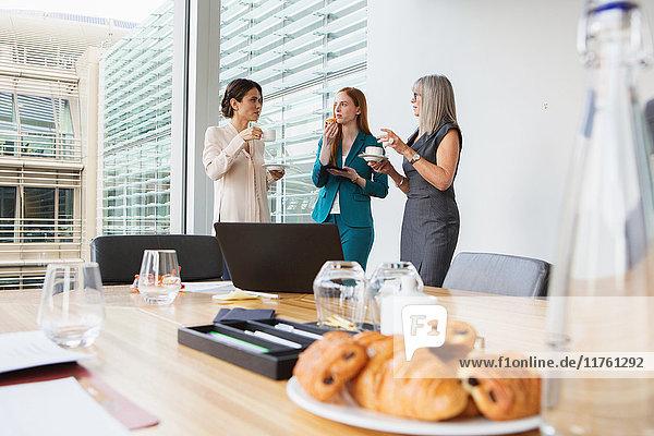 Geschäftsfrauen beim Frühstückstreffen Geschäftsfrauen beim Frühstückstreffen