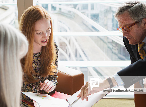 Geschäftskollegen treffen sich  London  UK