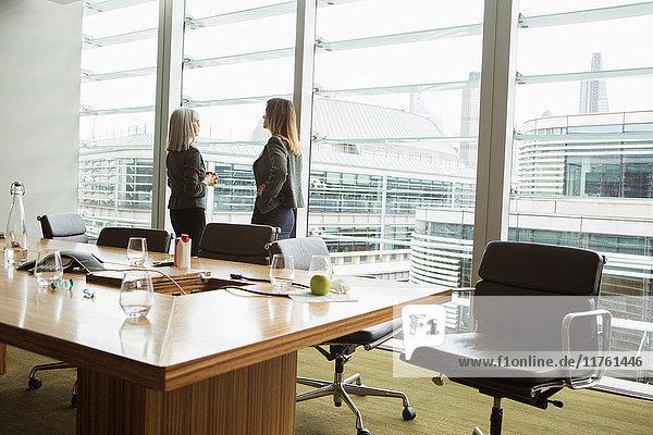 Geschäftsfrauen stehen und diskutieren  London  UK Geschäftsfrauen stehen und diskutieren, London, UK