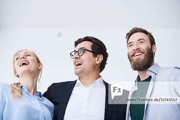 Glückliches männliches und weibliches Designteam im Designstudio