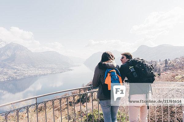 Ehepaar mit Blick auf den Bergsee  Monte San Primo  Italien