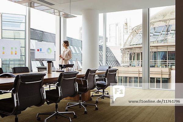 Geschäftsfrauen bereiten Präsentation im Sitzungssaal vor
