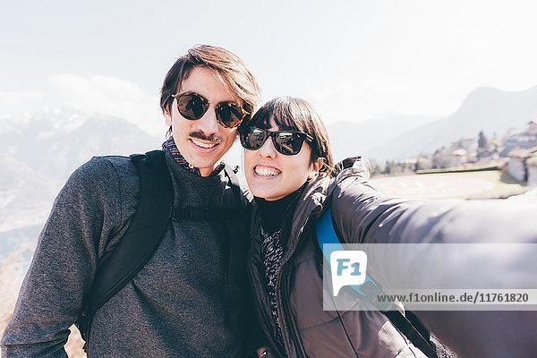 Paar beim Smartphone-Selfie über dem Bergsee  Monte San Primo  Italien