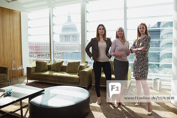 Geschäftsfrauen stehen am Bürosofa  London  UK Geschäftsfrauen stehen am Bürosofa, London, UK