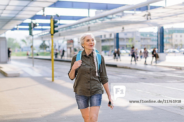 Ältere Backpackerin zu Fuß am Busbahnhof  Scandicci  Toskana  Italien