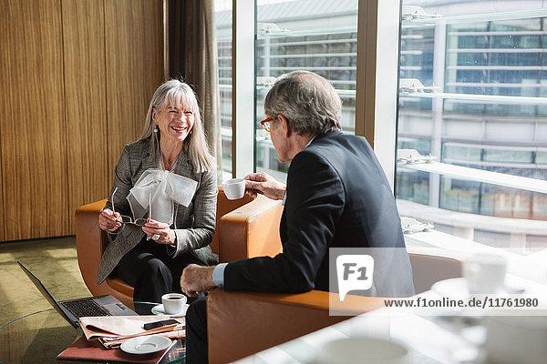Geschäftsmann und Geschäftsfrau im Kaffeebereich im Büro  London  UK Geschäftsmann und Geschäftsfrau im Kaffeebereich im Büro, London, UK