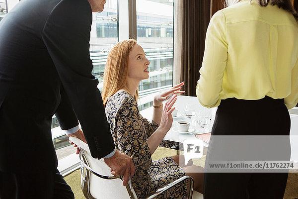 Geschäftskollegen treffen sich