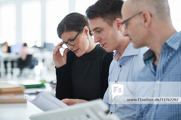 Kollegen im Büro betrachten Architekturmodell