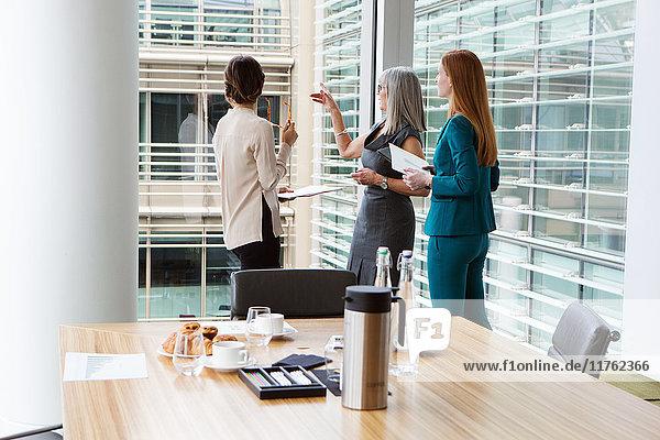 Geschäftsfrauen sprechen im Sitzungssaal  London  UK Geschäftsfrauen sprechen im Sitzungssaal, London, UK
