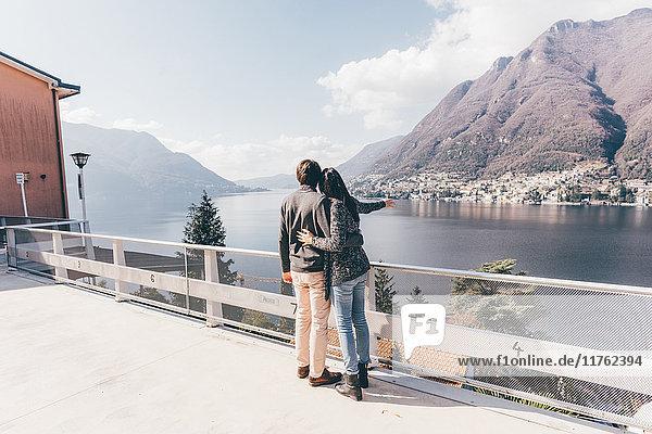 Paar  das auf den See zeigt  Monte San Primo  Italien