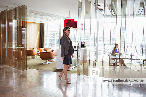 Im Büro arbeitende Geschäftsfrauen  London  UK