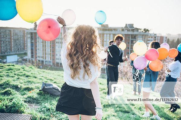 Gruppe von Genießer-Dachparty  die Heliumballons hält