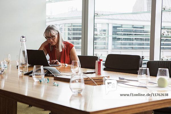 Geschäftsfrau mit Laptop  London  UK Geschäftsfrau mit Laptop, London, UK